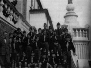 Gruppo di giovani Balilla con Arturo De Cillia