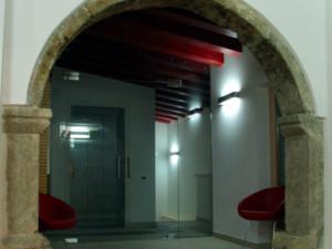 L' arco storico rinvenuto ora funge da ingresso ai locali della collezione.