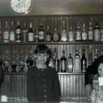 1964 - Bar De Cillia. Galdino Plos con la figlia e la moglie Maria Candusso.