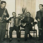 """1963 - """"da Manapo"""" i componenti dell'Orchestra Volpe: Rinaldo Moro """"Nalo"""" al sax, i fratelli Osvaldo e Giovanni Zardello rispettivamente alla fisarmonica e alla chitarra e Benito De Cillia al basso"""