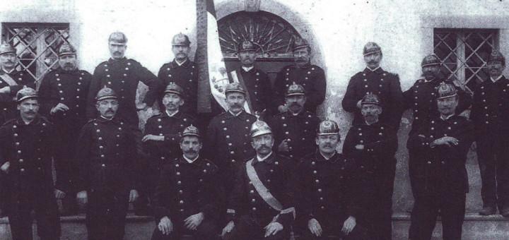 I pompieri di Treppo Carnico in posa nella piazza di Zilie