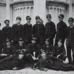 Pompieri davanti al monumento