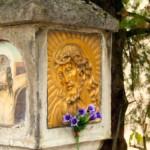 Il lato sinistro dell'ancona vista dalla strada