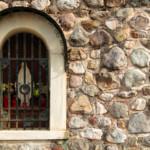 L'ancona è inserita nel muro di contemimento stradale per Tausia