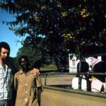 Padre Baritussio a fianco di un catechista perseguitato
