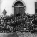 30 ottobre 1929 - La numerosa scolareca dell'epoca con i maestri Pusca e Martinis