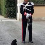 Michele Plazzotta in servizio in tenuta lunga a Porta Giardini con la compagnia di un illustre ospite del Palazzo