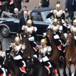 Formazione di Corazzieri in scorta a cavallo con la macchina storica del Quirinale la Flaminia
