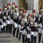 Corazzieri che scendono i gradini dell'altare della Patria a Piazza Venezia