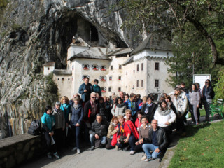 Gruppo all'entrata al Castello di Predjama