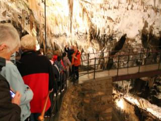 In grotta ascoltando la guida